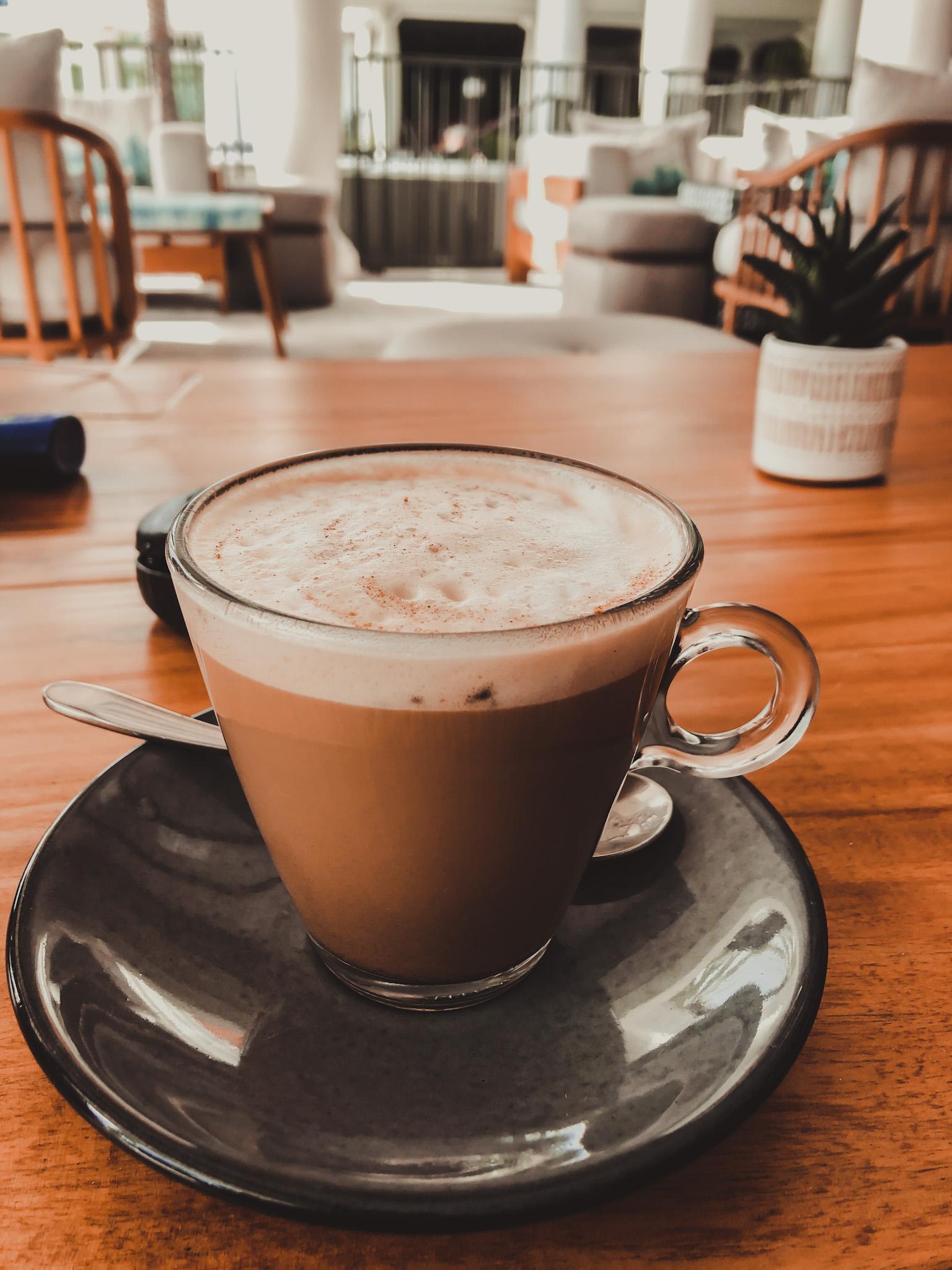 Glazenkopje op schotel met koffie